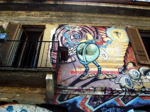 Graffiti sulla casa occupata di fronte alla Darsena a Milano. Foto di Giovanni Dall'Orto, 2007- by Wikimedia commons