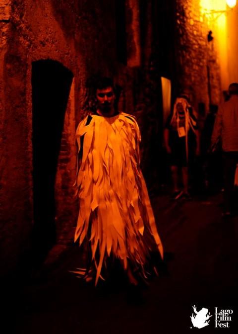 Matteo ufocinque Capobianco, performance per le vie di Revine Lago, Lago Film Festival - photo credit Lago Film Festival