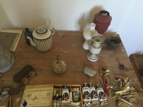Studio di Giorgio Morandi e tubetti Lukas in ceramica di Luigi Ontani