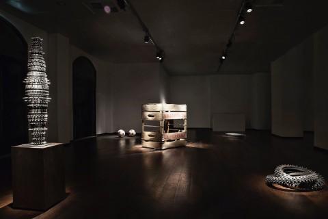 Fabio Viale – Punk – veduta della mostra presso ex Marmi, Pietrasanta - Courtesy Galleria Poggiali e Forconi