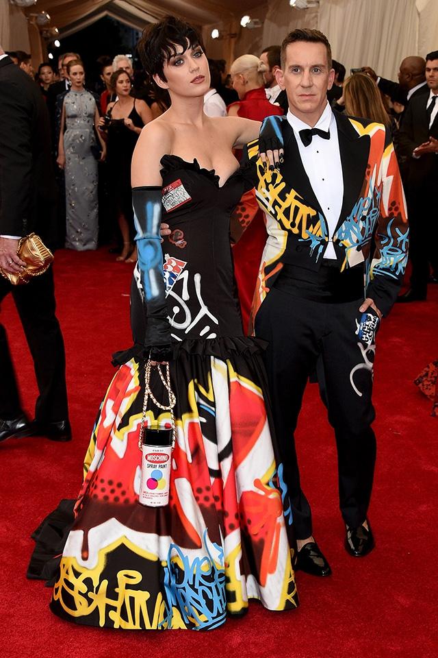 huge selection of 1b681 b5a45 Jeremy Scott e Katy Perry con abiti Moschino ispirati a un ...