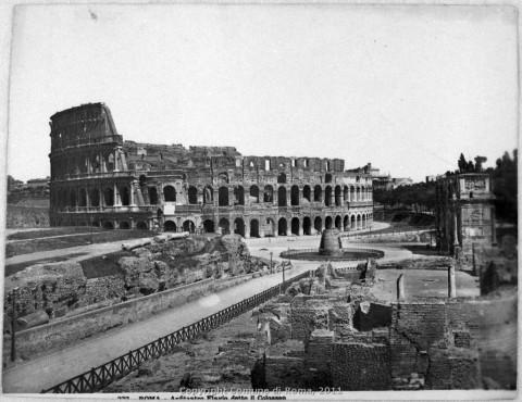 La Meta Sudans tra l'Arco di Costantino e il Colosseo