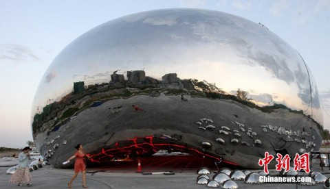 La scultura installata nella città di Karamay, in Cina