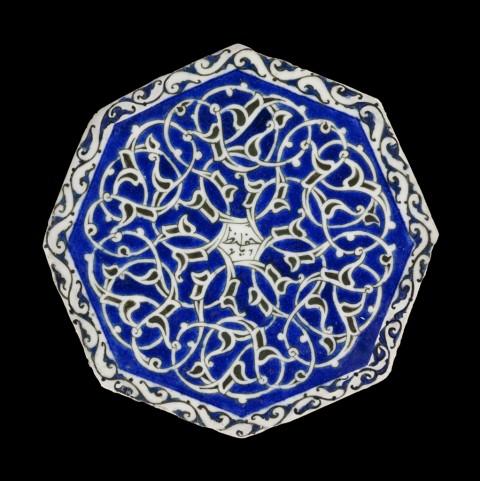 """Mattonella ottagonale di ceramica con corpo in """"pasta fritta"""" - Iran orientale, Mashhad, 1620 ca. - Collezione al-Sabah, Kuwait"""