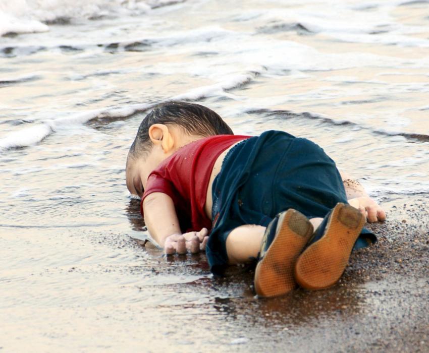 Risultati immagini per foto del bimbo morto sulla spiaggia