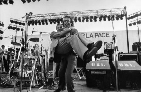 Enrico Berlinguer in braccio a Roberto Benigni