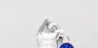 Jeff Koons, Gazing Ball (Barberini Faun), 2013, gesso e vetro, 177,8 x 121,9 x 139,4 cm, © Jeff Koons, photo Tom Powel Imaging