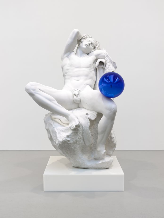 Jeff Koons, Gazing Ball (Barberini Faun), 2013, gesso e vetro, 177,8 x 121,9 x 139,4 cm, © Jeff Koons, photo Tom Powel Imaging