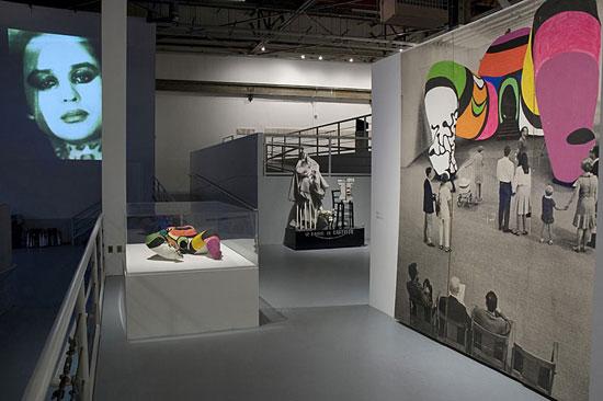 Le opere di Niki De Saint Phalle alla mostra WACK! Art and the Feminist Revolution al MOCA di Los Angeles, 2007