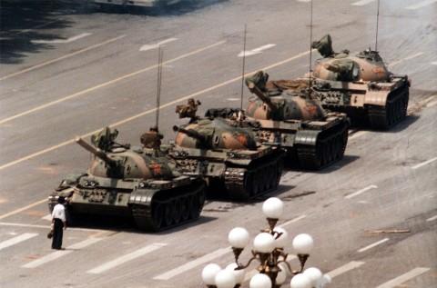 L'iconica foto di Piazza Tienanmen durante i moti studenteschi del 1989 - photo Jeff Widener-Associated Press