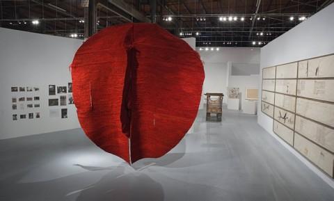 Magdalena Abakan, Red I (1970-73) alla mostra Art and the Feminist Revolution al MOCA di Los Angeles, 2007