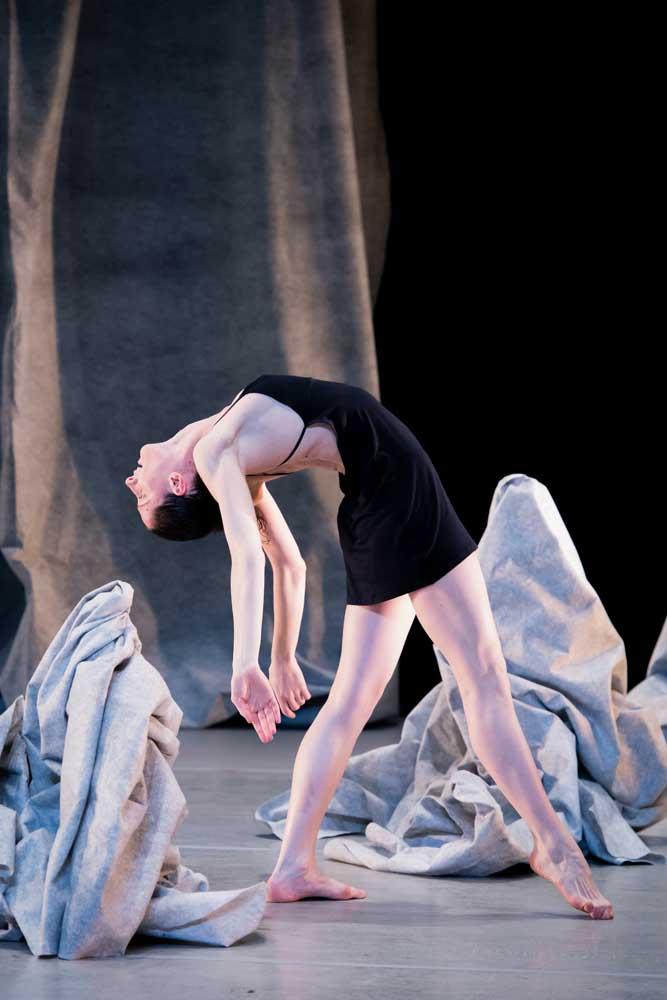 GYMNOPÉDIES. Coreografie di Marie Chouinard. Photo: Sylvie-Ann Paré. Interprete: Valeria Galluccio