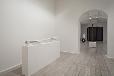 Fabio Viale. In primo piano a sx Bat, 2015; in fondo al centro Bat, 2015 - courtesy Galleria Poggiali e Forconi