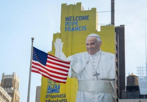 Il murale di benvenuto per Papa Francesco, a New York