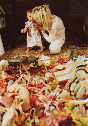 Kurt e Frances Bean Cobain davanti al collage per il retro di copertina di In Utero (1993)