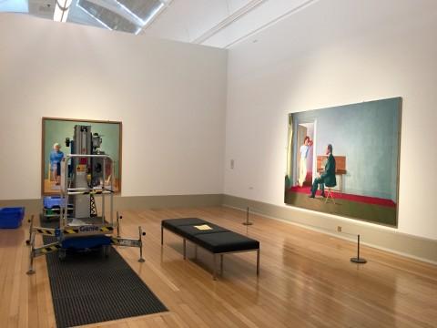 L'allestimento della sala di David Hockney alla Tate Britain