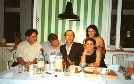 Pio Monti con Enzo Cucchi, Francesca Alfano Miglietti e Anna Monti davanti a un'opera di Daniel Buren - Casa Monti, Macerata, anni '80