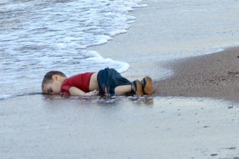 Il corpo di Aylan Kurdi sulle rive di Bodrum