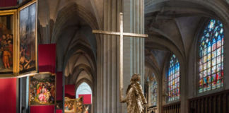 Jan Fabre, The man who Bears the Cross, 2015 - Cattedrale di Anversa - photo Attilio Maranzano