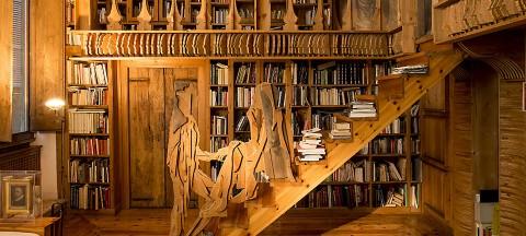 La biblioteca di Mario Ceroli a casa Calvesi con i ritratti di Maurizio Calvesi e Augusta Monferini