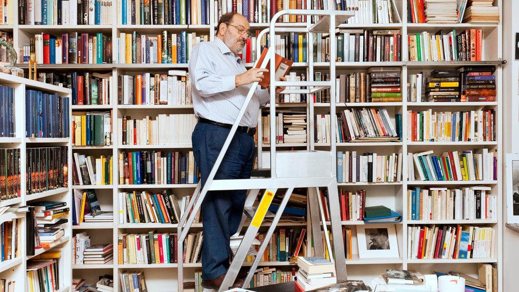 Umberto Eco nella sua biblioteca