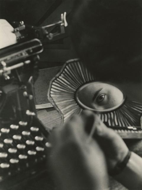 Jakob Tuggener, Fabrik 1933-1953 - Nell'ufficio della fonderia, fabbrica di costruzioni meccaniche Oerlikon, 1937 - © Jakob Tuggener Foundation, Uster