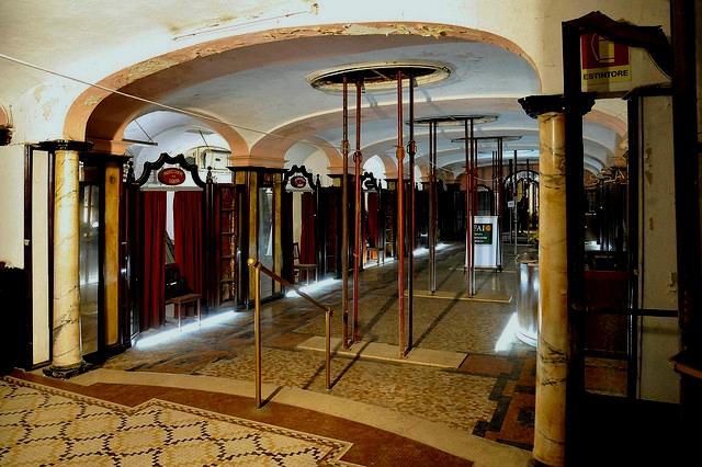 Sarah lucas riapre l 39 albergo diurno di milano fondazione for Porta venezia metro
