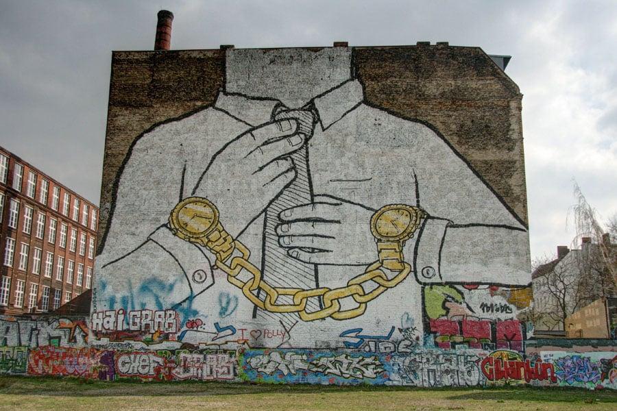 Un'opera di Blu a Kreuzberg, Berlino, distrutta dall'artista per protesta contro la speculazione edilizia