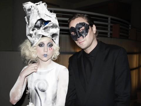 Francesco Vezzoli con Lady Gaga durante la performance Ballets Russes. Italian Style (The Shortest Musical You Will Never See Again) – MOCA, Los Angeles 2009