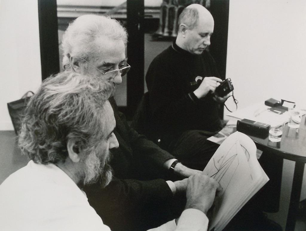 Mauro Staccioli con Giuseppe Panza di Biumo e Tommaso Trini – courtesy Archivio Mauro Staccioli – photo Enrico Cattaneo