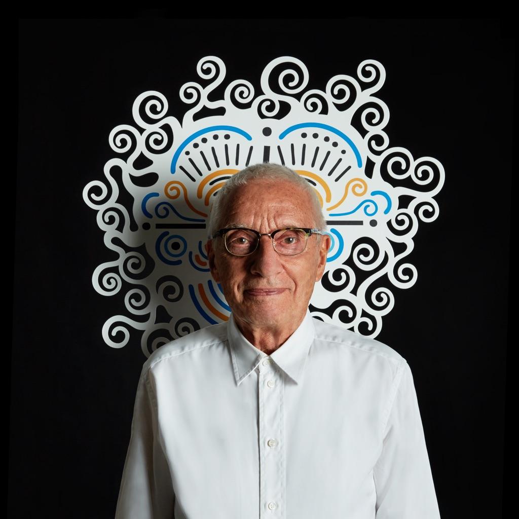Alessandro Mendini con il suo autoritratto, 2014 - photo Carlo Lavatori