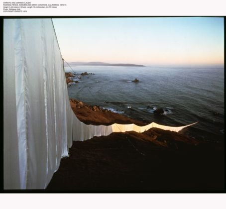 Christo, Running Fence, Sonoma and Marin Counties California, 1972-76 - photo Wolfgang Volz