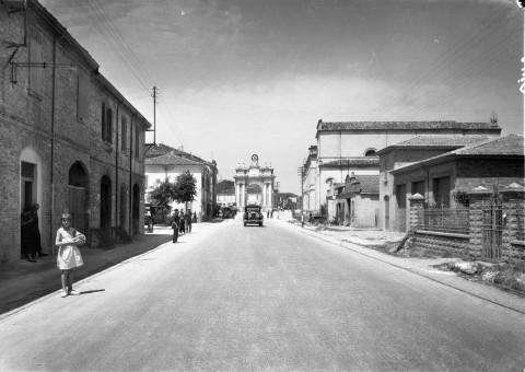 Documentazione ANAS ante 1949. La Via Emilia, Atelier Vasari Roma, Emilia Romagna 1948-49 - Courtesy CSAC Università di Parm--Sezione Fotografia