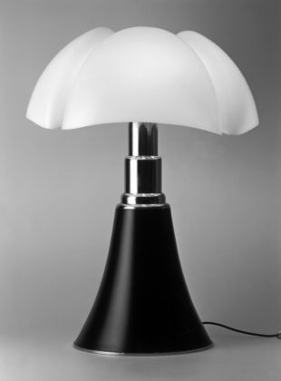 Gae Aulenti, Pipistrello – prod. Martinelli Luce (1965) – photo Aldo Ballo