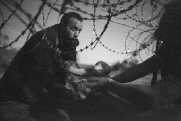Hope for a New Life, 28 August, confine serbo-ungherese - © Warren Richardson - World Press Photo of the Year