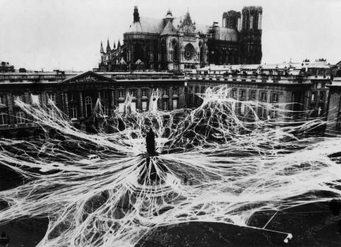 Mascheramento urbano, Donato Sartori e Centro Maschere e strutture gestuali, Reims, Place Royale, 1983 ©Archivio Sartori
