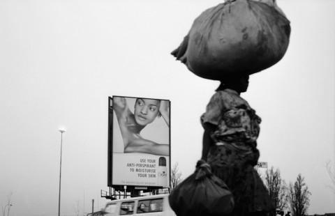 Santu Mofokeng, Lady #4, Orlando East, Soweto, 2002 - dalla serie Billboards - © The Santu Mofokeng Foundation - Images courtesy Lunetta Bartz, MAKER, Johannesburg