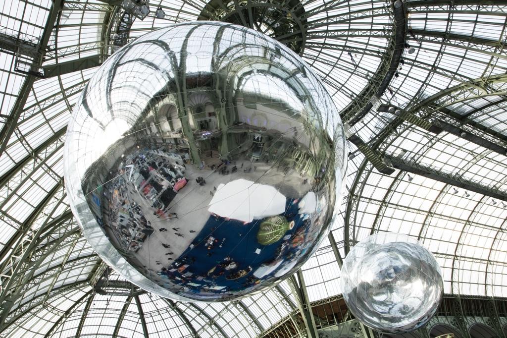 Tomás Saraceno, Aerocene 10.4 & 15.3 - installation view at Grand Palais, Parigi 2015 - © Tomás Saraceno, 2015