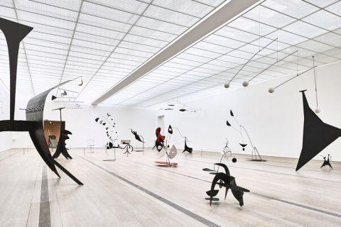 """Installation view of the exhibition """"Alexander Calder & Fischli/Weiss"""", Fondation Beyeler, Riehen/Basel, 2016; © Peter Fischli David Weiss / 2016 Calder Foundation, New York / ProLitteris, Zurich Photographs by Mark Niedermann"""