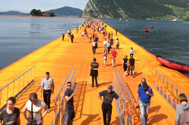 Christo, The Floating Piers, Lago d'Iseo - I visitatori salgono sulle passerelle (foto Luca degl'Innocenti)