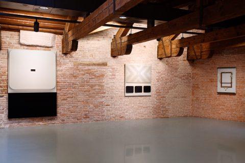 Fabio Mauri, Schermo, 1970 - Drive In 2, 1962 - Schermo carta rotto, 1957-90 - Pinault Collection - Courtesy Giorgio Benni, Roma - Installation view at Punta della Dogana, 2016 - © Palazzo Grassi, photo Fulvio Orsenigo