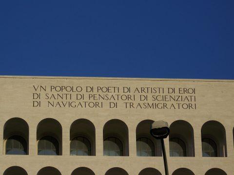 La scritta che sormonta il Colosseo Quadrato - foto Stefano Petroni by Flickr