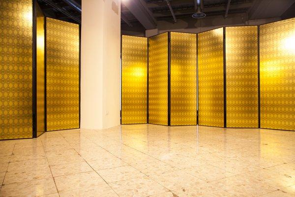 Loredana Longo. VICTORY. Sorry, installazione otto paravento a tre ante di cm 198 x 62 cadauno. Ferro, legno, cemento e carta oro. Foto Francesco Cuttitta. Courtesy FPAC