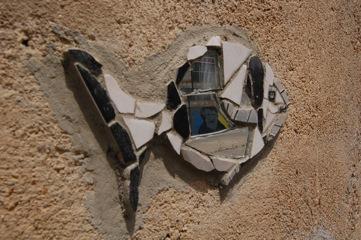 Messina, Maregrosso, Dettaglio di un pesciolino realizzato da Artisti per Caso con riflesso dell'opera raffigurnate il Cavaliere Cammarata di Kuma - photo Elena Bonaccorsi