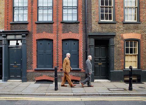 Gilbert & George a passeggio nel quartiere di Spitalfield