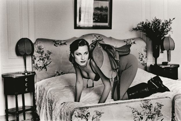 Helmut Newton, Saddle I, Paris 1976 - dalla serie Sleepless Nights - © Helmut Newton Estate