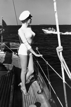 Helmut Newton, Winnie of the coast of Cannes, 1975 - dalla serie White Women - © Helmut Newton Estate