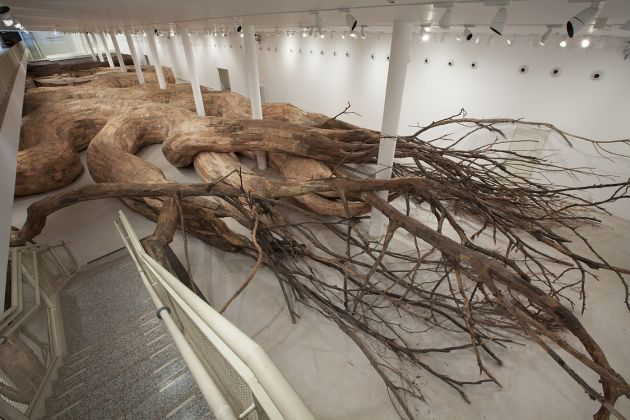 Henrique Oliveira, Transarquitetonica, 2014, Museu de Arte Contemporânea, São Paulo, Brazil, wood, bricks, mud, bamboo, PVC, plywood, tree brunches and other materials, 5 x 18 x 73 m, photo Everton Ballardin