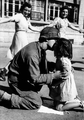 The Kiss of Liberation Saint-Briac-sur-Mer Bretagna 15 August 1944 - Tony Vaccaro