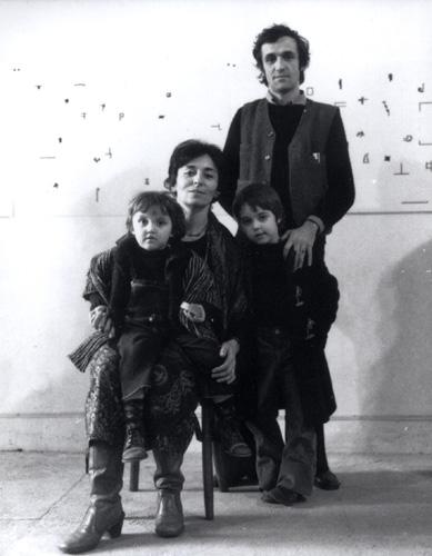 Alighiero Boetti con Anne Marie, Agata e Matteo - Roma, 1975 - photo © Giorgio Colombo, Milano
